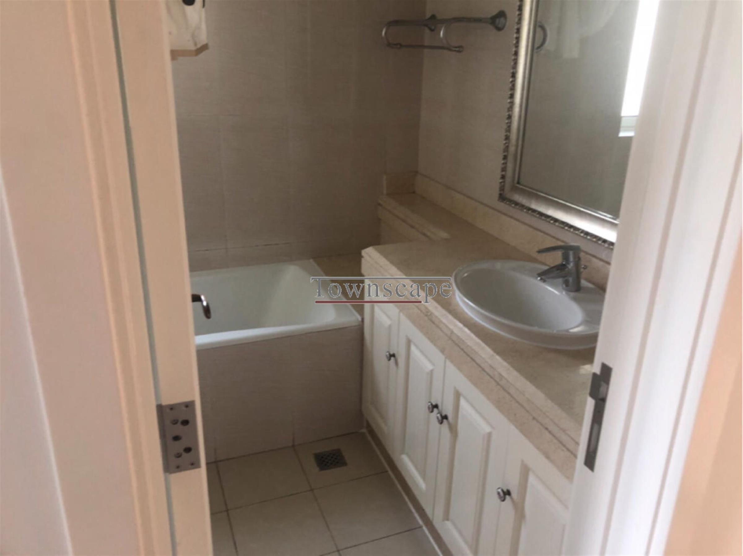 Bathtub Large Apartment in Modern Popular High-end Jing'an Compound for Rent